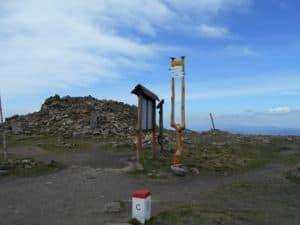 trosky rozhledny a hraniční kámen na vrcholu (zdroj: Alexandr Skribuckij)