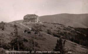 historická fotografie – turistická chata na vrcholu (zdroj: trekking.cz)